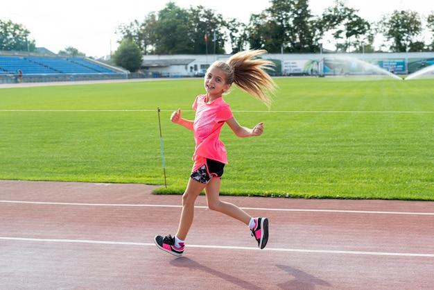 Vista lateral de la niña corriendo Foto gratis