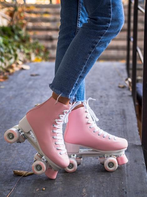 Vista lateral de patines en mujer Foto gratis