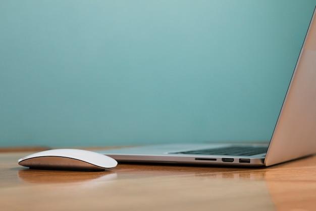 Vista lateral portátil con mouse blanco Foto Premium