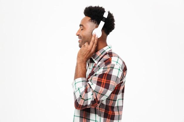 Vista lateral del retrato de un hombre afroamericano sonriente Foto gratis
