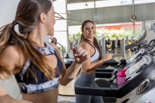 fddd785724b Vista lateral de tres mujeres atractivas de los deportes en pista  corriente. chicas en cinta | Descargar Fotos premium