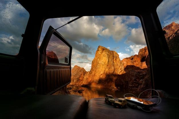 Vista desde el maletero del coche abierto en la cima de la montaña y el lago. Foto Premium