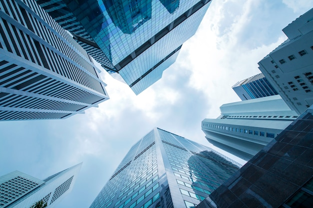 Vista del moderno panorama de rascacielos de negocios de vidrio y cielo del edificio comercial Foto Premium