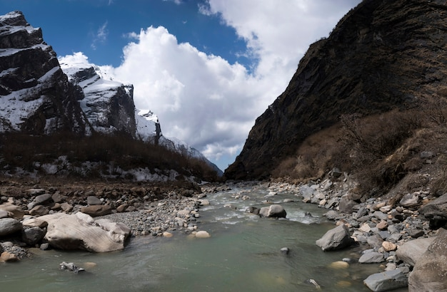 Vista a la montaña del himalaya desde cruzar el río Foto Premium