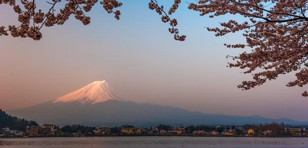 Vista del monte fuji desde el lago kawaguchiko, japón con flor de cerezo Foto Premium