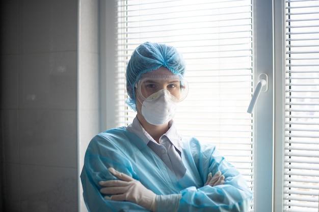 Vista de una mujer vistiendo un equipo de protección de personal médico Foto gratis