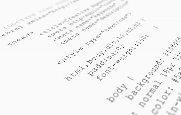 Vista del navegador del código html del sitio web impresa en papel blanco, vista de cerca. Foto gratis