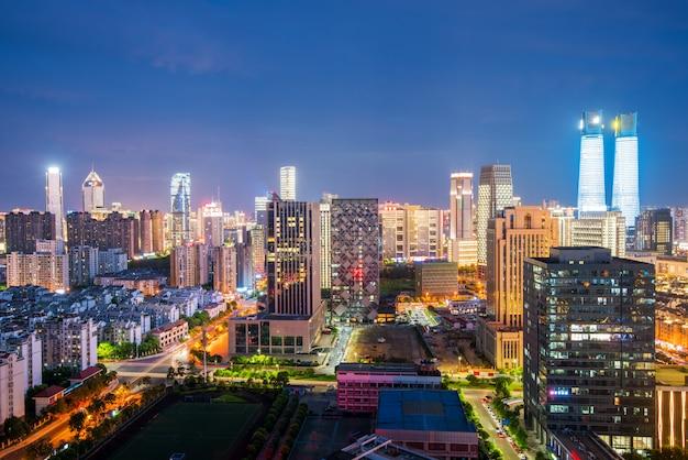 Vista nocturna de bangkok con rascacielos en el distrito financiero de bangkok tailandia Foto Premium