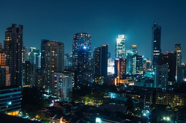 Vista nocturna de bangkok con rascacielos en el distrito de negocios, bangkok tailandia Foto Premium