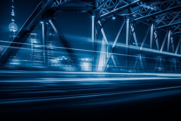 Vista nocturna del puente de waibaidu en tono azul Foto gratis