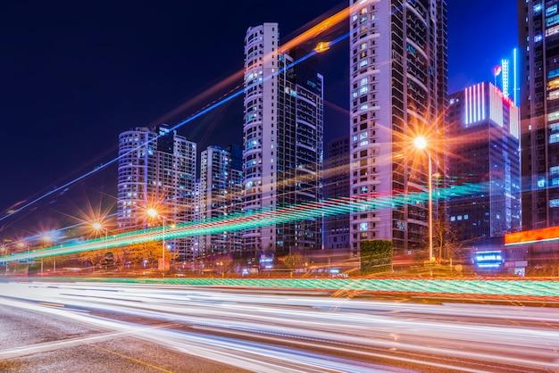 Vista nocturna de urban road y fuzzy car lights Foto Premium