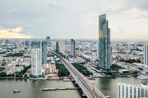 Vista del paisaje urbano y edificio en bangkok, tailandia Foto gratis