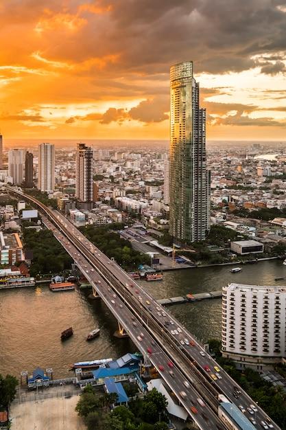 Vista del paisaje urbano y edificio en el crepúsculo en bangkok, tailandia Foto gratis