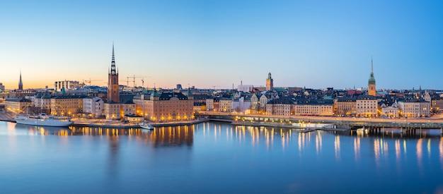 Vista panorámica del horizonte de estocolmo gamla stan en la noche en la  ciudad de estocolmo, suecia | Foto Premium