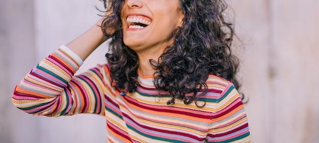 Vista panorámica, de, mujer joven, reír Foto gratis