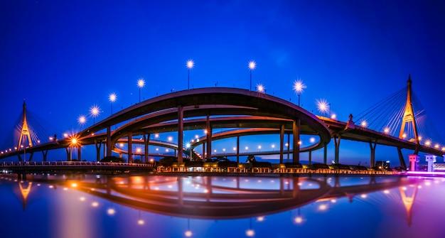 Vista panorámica del puente en bangkok en la noche Foto Premium
