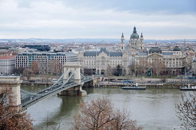 Vista panorámica del río danubio y szechenyi lanchid, budapest, hungría Foto Premium