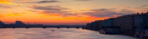 Vista panorámica del río neva en el amanecer Foto gratis