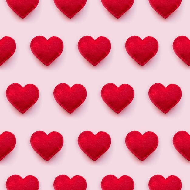 Vista plana de corazones de san valentín en fondo rosa Foto Premium