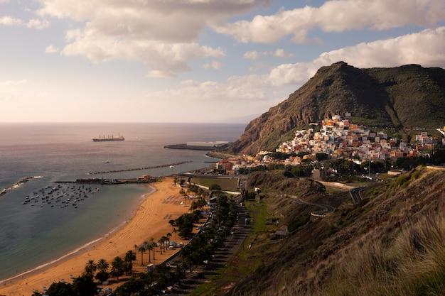 Vista desde la playa de san andrés y las teresitas en santa cruz de tenerife, islas canarias, españa. Foto Premium