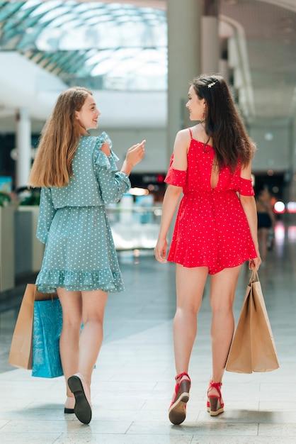 Vista posterior amigos en el centro comercial Foto gratis