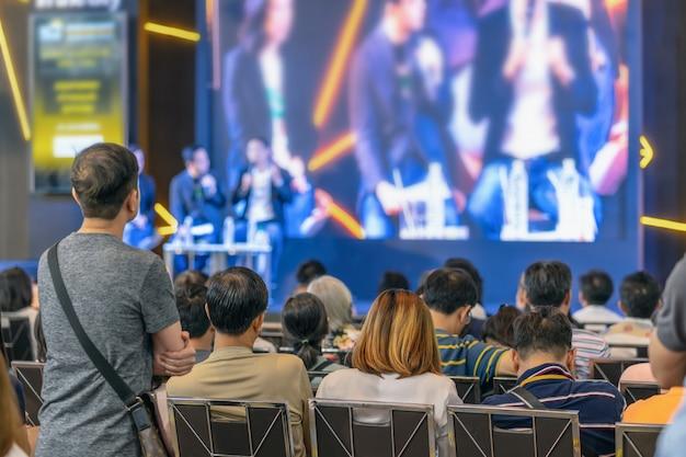 Vista posterior de la audiencia escucha a los oradores en el escenario de la sala de conferencias o la reunión del seminario Foto Premium