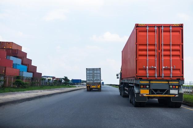 Vista posterior del camión contenedor rojo en el puerto de barcos de logística Foto Premium