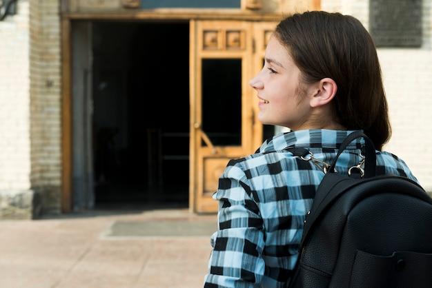 Vista posterior de cerca de adolescente que va a la escuela Foto gratis
