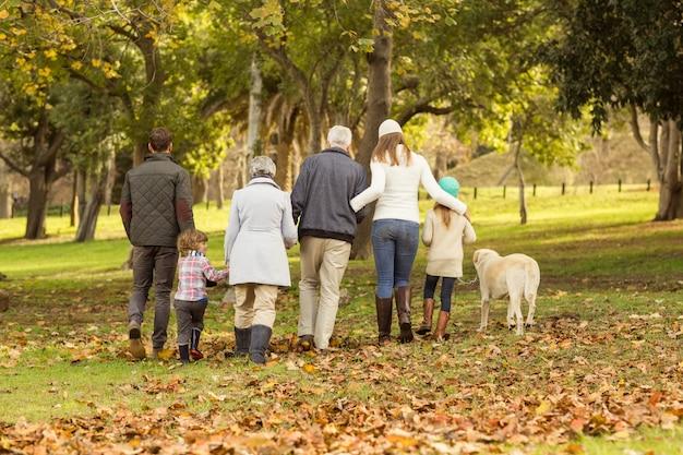 Vista posterior de una familia extendida Foto Premium