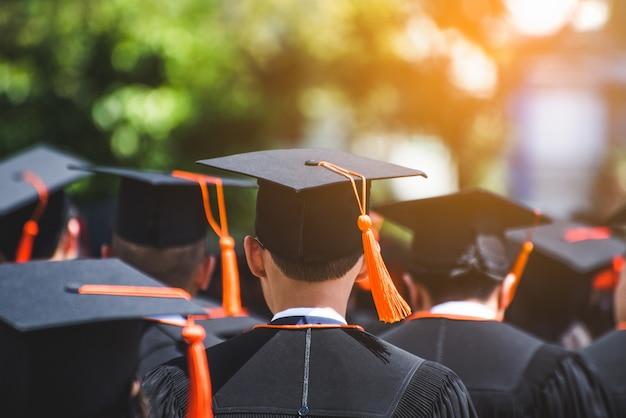 Vista posterior de los graduados se unen a la ceremonia de graduación en la universidad. Foto Premium