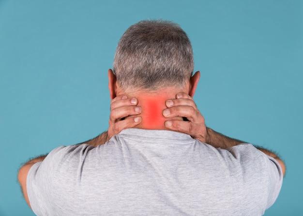 Vista posterior de un hombre que tiene dolor de cuello severo Foto gratis