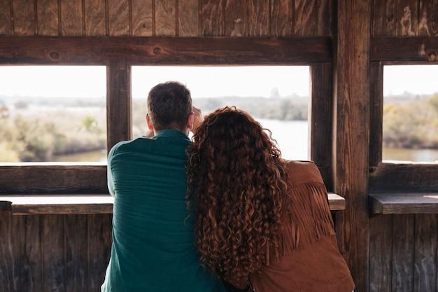 Vista posterior pareja dentro de un refugio Foto gratis