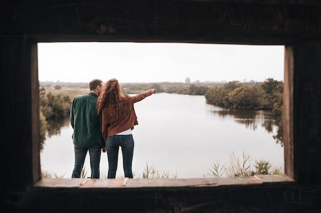 Vista posterior pareja mirando en la distancia Foto gratis