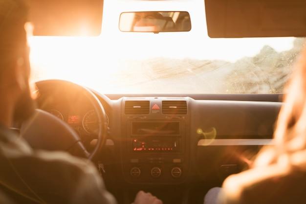 Vista posterior pareja yendo en un viaje por carretera Foto gratis