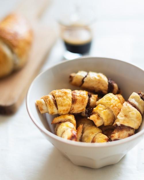Vista de primer plano de croissants en un tazón Foto gratis