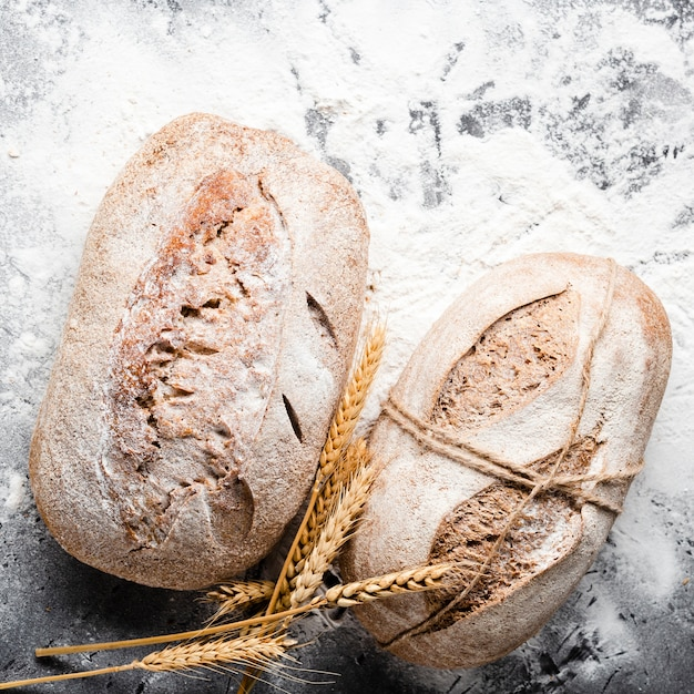Vista de primer plano de pan con harina Foto gratis