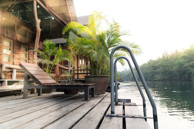 La Vista Del Río Kwai En La Terraza De La Cabaña De Rafting