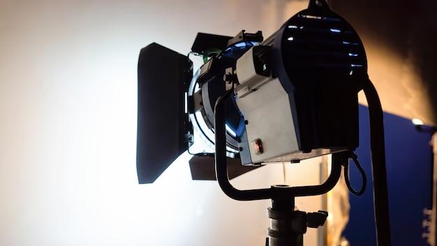 Vista del sistema de iluminación led de trabajo desde la parte posterior en blanco en un set de película Foto gratis
