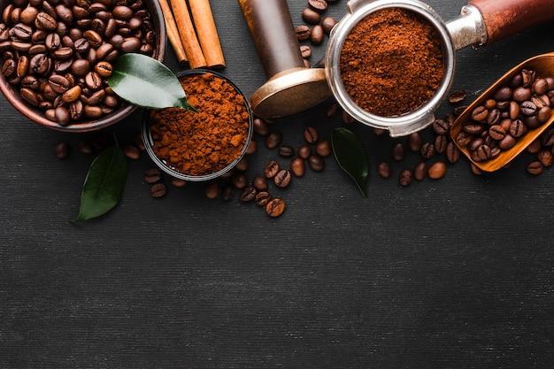 Vista superior de accesorios de café con granos Foto gratis