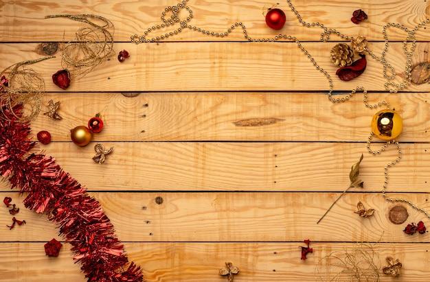 Vista superior de adornos navideños en una textura de madera Foto gratis