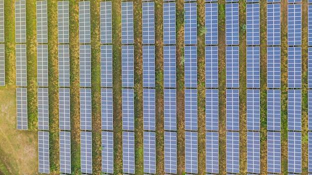 Vista superior aérea de paneles solares. Foto Premium
