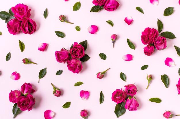 Vista superior agradable concepto de pétalos de rosa Foto gratis