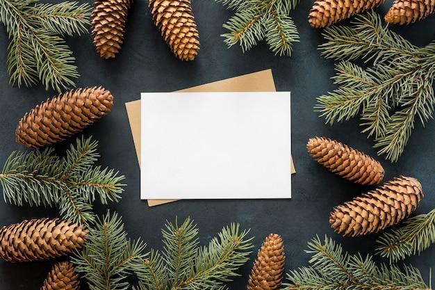 Vista superior de agujas de pino y conos marrones. Foto gratis