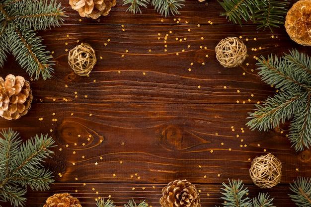 Vista superior de agujas de pino natural y pequeñas estrellas amarillas Foto gratis