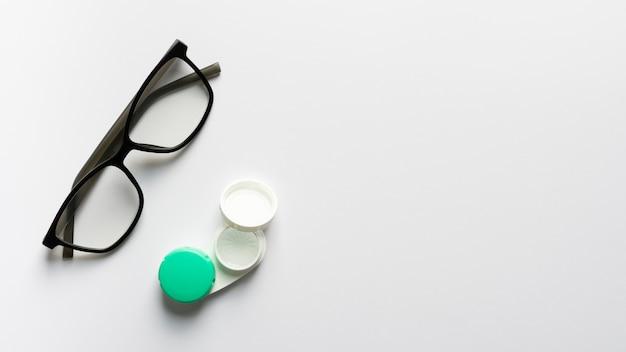 Vista superior de anteojos retro con estuche Foto gratis