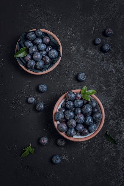 Vista superior de arándanos frescos en tazones Foto gratis