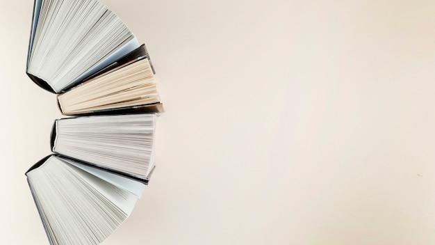 Vista superior del arco de libros abiertos Foto gratis