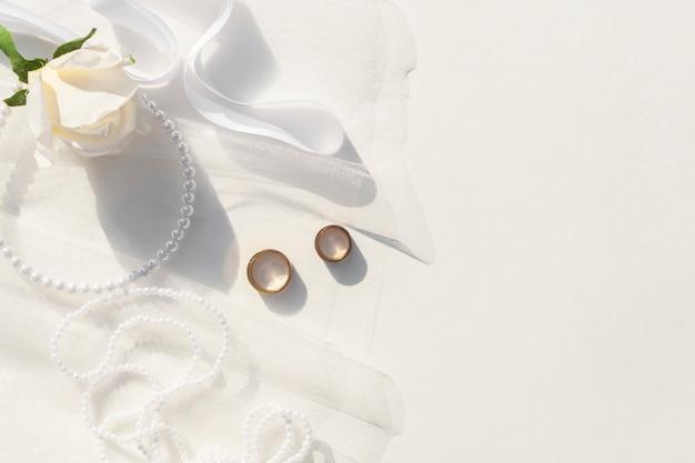 Vista superior arreglo de boda blanco con espacio de copia Foto gratis