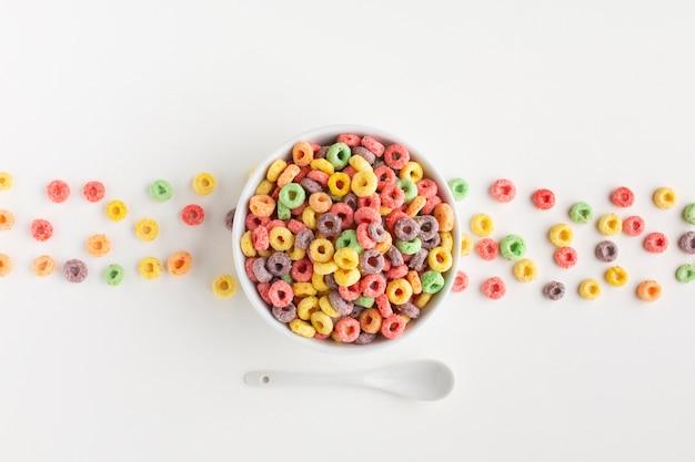 Vista superior del arreglo de cereal colorido Foto gratis