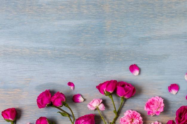 Vista superior arreglo de rosas sobre la mesa Foto gratis
